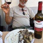 Mon cousin super heureux après la dégustation des sardines avec le bon vin local