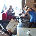 les clients de 3 tables discutent en attendant
