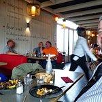 les clients suisses taquinent la serveuse africaine