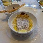 Dessert, 1. Gang - warme Topfenpalatschinke mit Rhabarber und Veilchenblüteneis