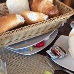 Brot Korb mit Marmelade und Nutella