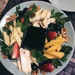 Сырная тарелка идеально подойдет к винам