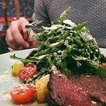 Салат с говядиной и рукколой в имбирной заправке