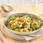Salade tricolore au pesto : macaronis, feuilles de salades, courgettes, aubergines, olives, pest
