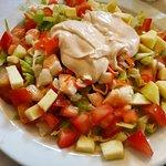 Ensalada de cogollos con langostinos, tomate, manzana y salsa rosa