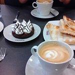Merienda: 2 cafés con leche, porción de lemon pie y marquise de chocolate + tostado. ¡¡¡Exquisit