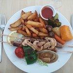 Brochette d'agneau, légumes et frites