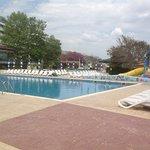 Pool mit Kinderpool und Wasserrutschen