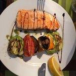 Стейк из лосося с печеными овощами