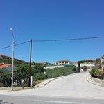 Route côtière et accès à l'hôtel.