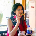 Miss Honduras disfrutando de Wings and Burgers.