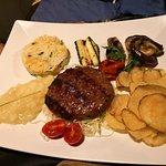 Hamburger di chianina servita con contorni vari all'Heretic