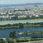 Wein vom Donauturm aus. Donau und Nebenkanal
