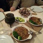 Joelho de porca, com arroz de feijão servido no pote
