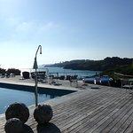 Piscine et jacuzzi donnant sur le port et le large