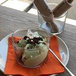 gelato al basilico, con crumble di cioccolato e pinoli