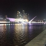 Vista noturna de puerto madero