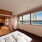 和洋室から鳴門海峡大橋の風景
