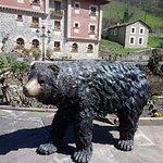 Detalle de escultura de un oso en el exterior