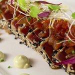 Tataki atún rojo bluefin sobre mayonesa sésamo, vinagreta soja, tomate concassé y emulsión wasab