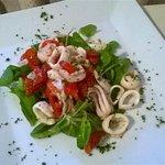 Insalata di Calamaretti con Pomodorini e Songino