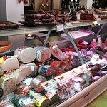 Gran tienda con mucha variedad de productos.