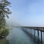 Een deel van de pier in de mist
