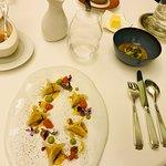 Origamis de chair de tourteau, pamplemousse, poudre d'algues, vinaigrette coriandre agrumes
