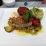 tonijnsteak met groenten, pestopuree en tomatencoulis