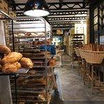 Panes recién sacados y listos para exponer en la panadería