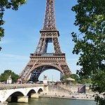 Tím spíše je Eiffelovka tím, čím má být i z protějšího břehu Seiny.