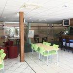 espace détente face aux terrains de squash , bar et restauration.