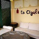 Un angolo del terrazzo, luogo ideale per una colazione con vista sulla medina