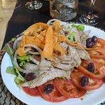 Ensalada de tomate con ventresca, buena cantidad y mejor calidad.