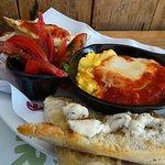 Exquisita Paila de huevos Revueltos y Queso Azul, a la hora del desayuno