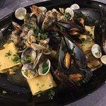 Pasta cacio e pepe e pasta ai frutti di mare