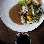 Філе телятини з овочами гриль та м'ясним соусом