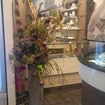 Particolare vaso d'arredamento con composizione floreale.