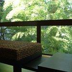 『松風庵』松緑の間(105号室)周囲の自然や柔らかな陽射しを眺めて憩いのひと時を…。