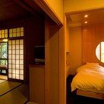 『松風庵』松緑の間(105号室)の本間。周囲の自然や柔らかな陽射しを眺めて憩いのひと時を…。