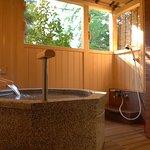 『松風庵』松緑の間(105号室)の露天風呂。差し込んでくる木漏れ日を浴びながらご入浴をどうぞ。