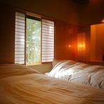 『松風庵』松径の間(106号室)の副室:ねむりの間。照明はもちろん床や壁にもこだわりが感じられます。