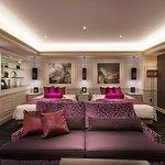 廊下を抜けると目の前に白を基調としたベッドスペースが広がります。 上質なセルバ社の家具を配し、アクセントカラーのパープルがさらに格調高い雰囲気を演出いたします。