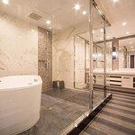 上質なセルバ社の家具を配し、アクセントカラーのパープルがさらに格調高い雰囲気を演出いたします。ガラス張りの開放的な浴室も印象的なピエナスイートです。
