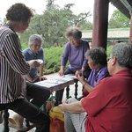 Hier treffen sich Einheimische Senioren zum Kartenspiel