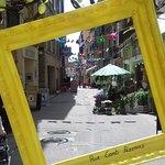 La célèbre rue CONTI et à quelques centaines de pas : L'ENTRACTE Restaurant.