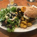 Wildsauburger mit Frühlingssalat und hausgemachten Treberbrötli