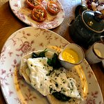 eggs florentine, side of tomatoes