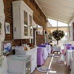 Видовая терраса ресторана-фондю «Чердак художника» в весенний день.