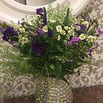 Vorraum Damen-Toilette: immer frische Blumen, zuvor waren es Pfingstrosen
